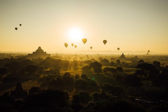Foto do horizonte com balões