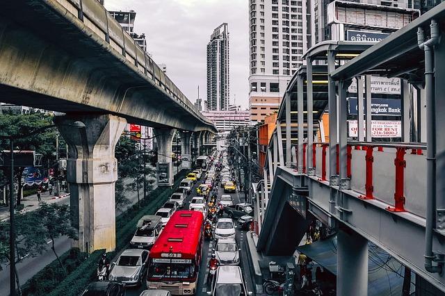 Cidade com congestionamento de veículos