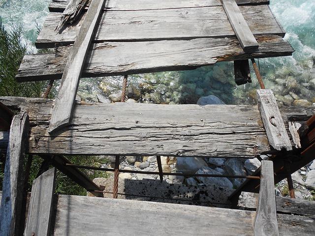 Uma ponte de madeira danificada