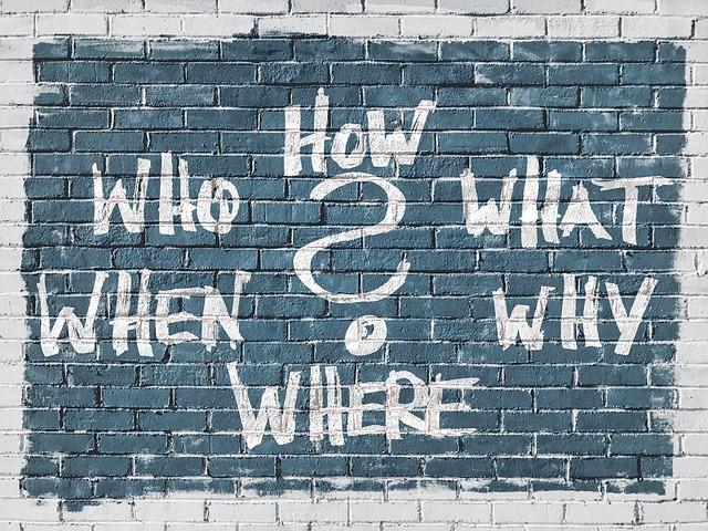 Muro com palavras de questionamento