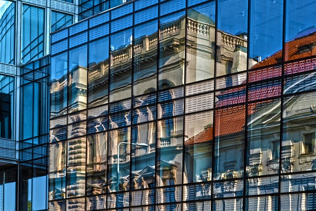 prédio com fachada espelhada