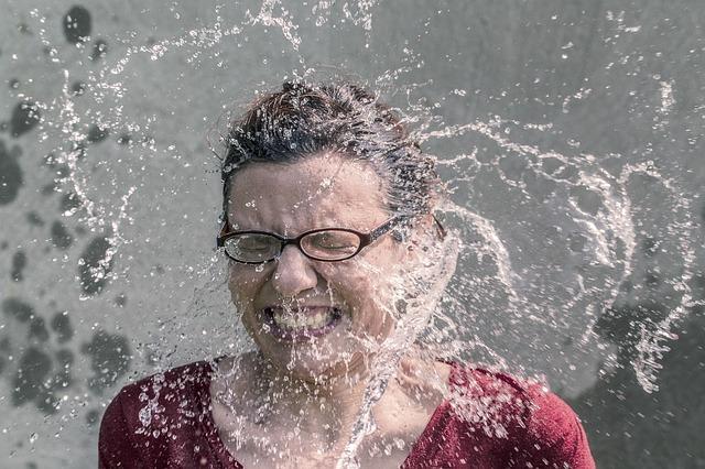 Uma mulher levando agua no rosto