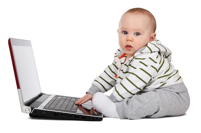 Foto de um bebê usando um notebook
